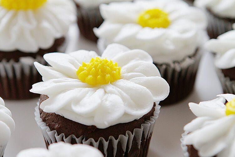 Daisy Flower Cupcake - via I Am Baker