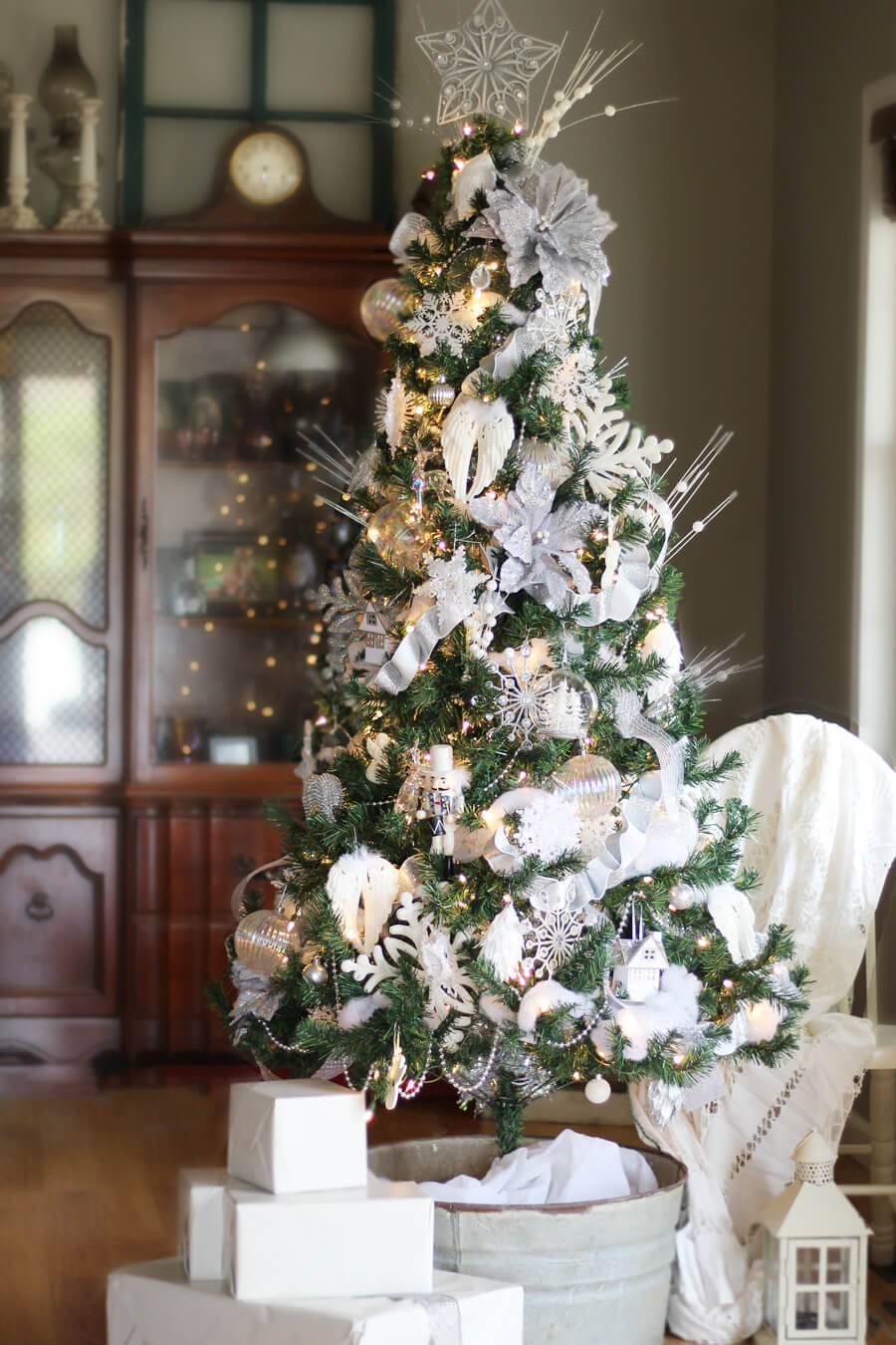 Winter White Christmas Tree Decorating Ideas | Buy This ...
